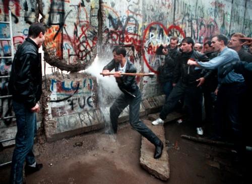Le prime picconate al Muro di Berlino