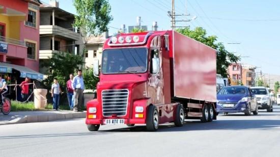 ismail un giovane turco d ingegno che si costruito un camion da solo. Black Bedroom Furniture Sets. Home Design Ideas