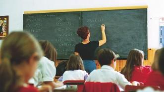 SCUOLA:STUDENTI IN CLASSE E GENITORI FUORI DALLA SCUOLA.ATT.PEREGO - SCUOLA ELEMENTARE DI VIA NOE - Fotografo: FOTOGRAMMA