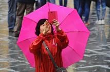 Temporali e maltempo. Turisti a Firenze si riparano dalla pioggia. Firenze,  2 maggio 2014  ANSA/MAURIZIO DEGL INNOCENTI